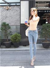 街拍中国白色紧身牛仔裤的美臀,