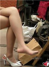 街头修鞋女人 街拍无鞋丝脚修鞋