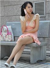 街拍大学女生打底裤 走光尴尬图片