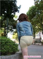 街拍紧臀白裤饱满三角图片