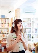 美女留学生在图书馆素颜图片