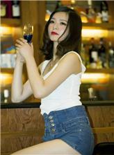女生一个人喝酒伤感图片