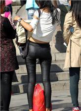 街拍紧臀黑裤子图片