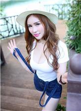 最漂挺拔的奶背带裤美女傲人胸围写真