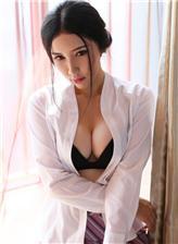 身体连在一起边走边做:性感模特制服白衬衣黑色胸罩写真