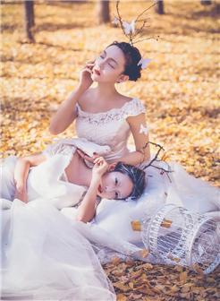 白色典雅耳环挂饰,以及白色高贵的婚纱,两个女人的婚纱照