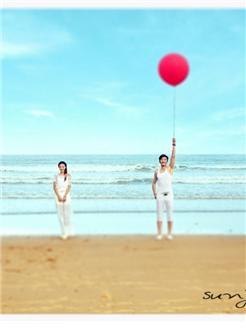 海滩朴素淡雅的白色婚纱