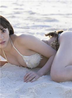 圆润的岳母沙滩自拍照片光滑身体在颤抖