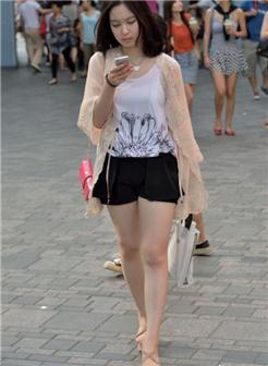 夏日街头街拍美女夏天全身湿透的图片
