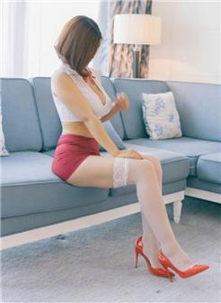 双沟迷人乳沟美女红裙性感小上衣太小乳都装不下了