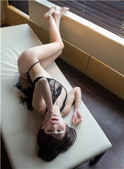 黑色长腿蕾丝美女她只穿了一条黑色的蕾丝内裤写真集