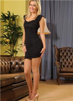 外国妹子街头露酥胸包臀套裙美腿写真