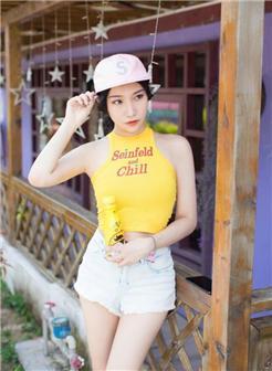 极品超粉嫩尤物凸翘短袖大白美腿阳光写真