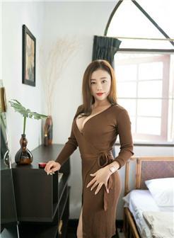 女人的黑珍珠指身体那个部位韵味少妇卧室大码胸部写真