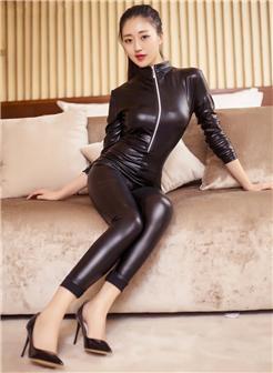 皮靴皮鞭皮手套女王半裸爆乳分开腿写真集
