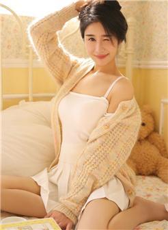 亚洲稚嫩美女吊带睡裤美乳处和非处的图片