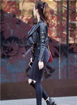 街拍美术馆皮外套极品身材美女性感照片