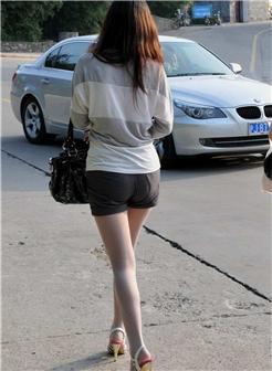 街拍贵妇大白腿极品身材很诱人
