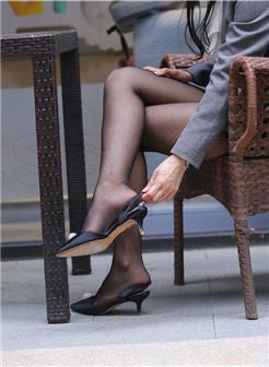 女领导的短丝高跟美足玩鞋写真集