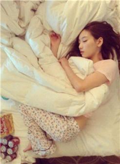 女生可爱睡姿唯美图片