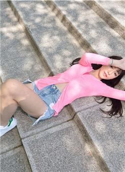 台湾正妹于正熙热裤板鞋街拍写真