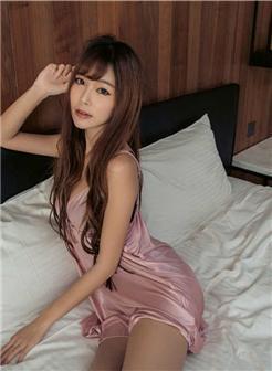 台湾模特黄上宴酒店真丝睡衣光滑写真集