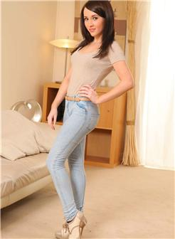 穿牛仔裤好看的臀部美女写真大图