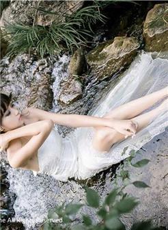 [黑发艳妇11p]白色婚纱裙美女溪边湿身玉足写真集