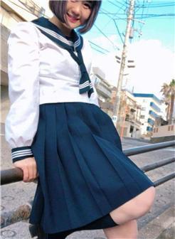 13岁的女生穿校服的图片
