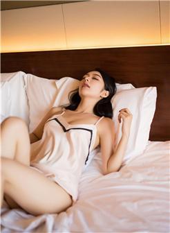 睡觉中轻轻褪去她的衣服性感睡衣美女写真