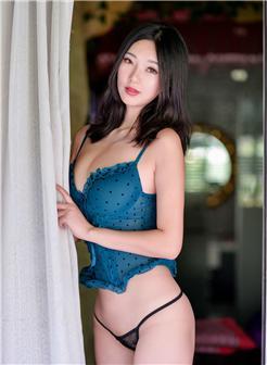 宋kiki紫色情趣吊带蕾丝丁字裤丰胸细腰写真集