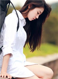 长发白衬衣女生背着吉他唯美图片