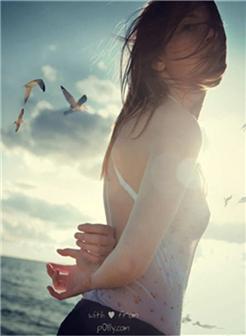 海风吹乱头发大海背景女生自拍