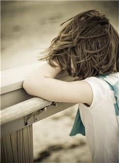 趴在木围栏上的女生伤感照片