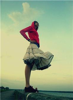 站在湖边的白色裙子女生远眺照片