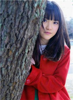 可爱女生躲在树后图片