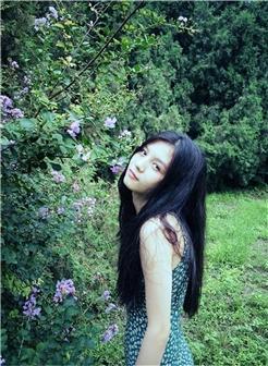 绿色植物背景黑发靓丽女生