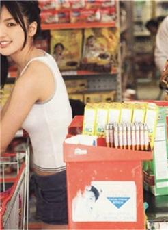 推着购物篮的可爱美女妹纸图片