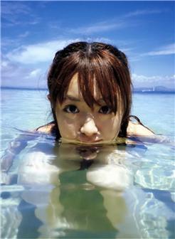 在海水中目视着镜头的可爱美女