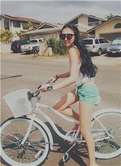 穿短裤骑着单车带着墨镜的休闲女生图片
