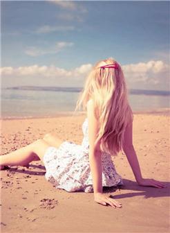 海滩女生伤感图片