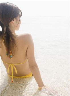 阳光下的沙滩女孩高清生活照