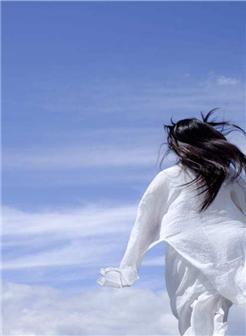 女孩奔跑背影图片唯美