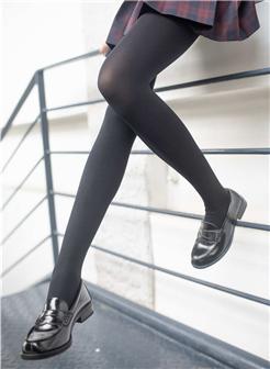 火辣女生自己拍自己的腿图片