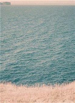 女孩一人面对湖面唯美图片