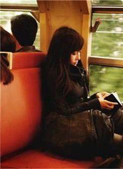 一个人在坐火车的女生复古图片