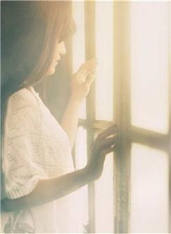 看着窗外的女孩伤感图片