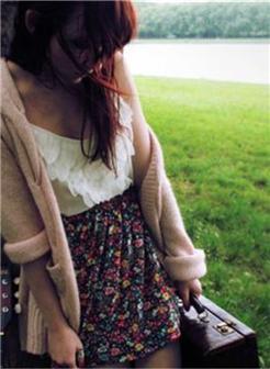 拿着旅行包的孤单女孩