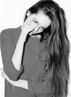 捂着一只眼的外国卷发女孩黑白照片