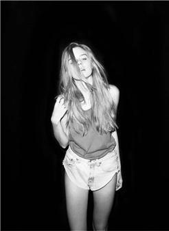 颓废的短裤外国女孩夜晚自拍黑白照片